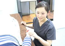 岡山市の美容鍼灸キュア鍼灸サロンの問診風景