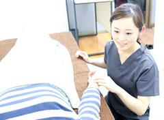 岡山市の美容鍼灸エステ キュアQ'a鍼灸サロンの施術風景