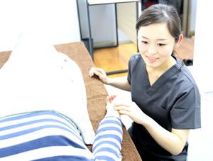 岡山市キュアQ'a鍼灸サロンの生理痛・生理不順・PMS・更年期障害の施術風景