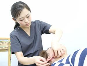 岡山市 キュアQ'a鍼灸サロンのシミ、そばかす、肝ぱん施術風景